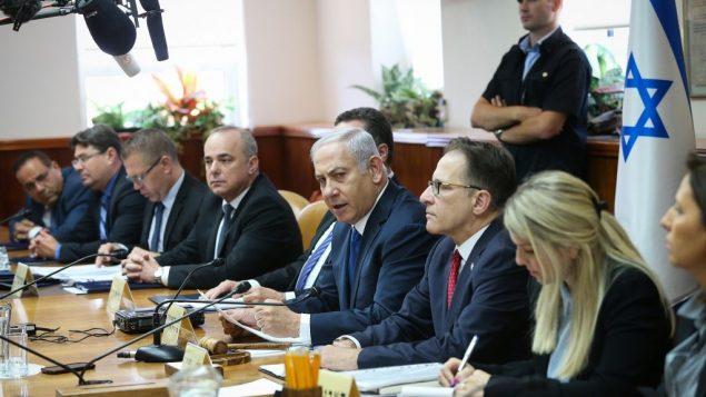 رئيس الوزراء بنيامين نتنياهو يقود جلسة الحكومة الاسبوعية في مكتبه في القدس، 15 يوليو 2018 (Alex Kolomoisky/POOL)