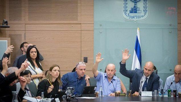 نواب في الكنيست يصوتون على التعديلات على مشروع قانون 'الدولة القومية اليهودية' في الكنيست، 16 يوليو، 2018 (Miriam Alster/Flash90)