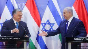 رئيس الوزراء بنيامين نتنياهو ونظيره المجري فيكتور أوربان خلال مؤتمر صحفي مشترك في مكتب رئيس الوزراء في القدس، 19 يوليو 2018 (Marc Israel Sellem/POOL)