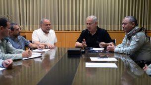 رئيس الوزراء بنيامين نتنياهو (وسط)، وزير الدفاع أفيغدور ليبرمان (يسار) ورئيس أركان الجيش الإسرائيلي غادي إيزنكوت (يمين) خلال اجتماع طارئ في وزارة الدفاع في تل أبيب، في 20 يوليو 2018 (Ministry of Defense/Ariel Hermoni)