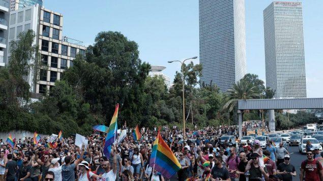 متظاهرون من اجل حقوق المثليين يسيرون في شارع ايالون في تل ابيب، 22 يوليو 2018 (Tomer Neuberg/Flash90)