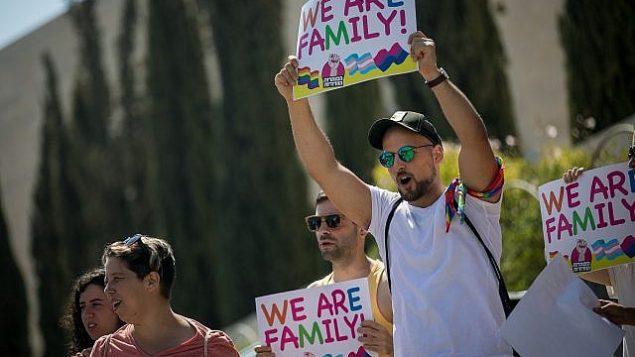 يشارك أعضاء من المجتمع للمثلي وداعميه في مظاهرة ضد تعديل قانون الكنيست الذي يحرم الأزواج من نفس الجنس من الإنجاب البديل خارج المحكمة العليا في القدس في 23 يوليو 2018. (Yonatan Sindel / Flash90)