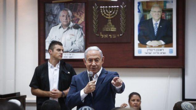 رئيس الوزراء بنيامين نتنياهو يتحدث مع مجندين جدد في قاعدة عسكرية في تل هشومير، 26 يوليو 2018 (Miriam Alster/Flash90)