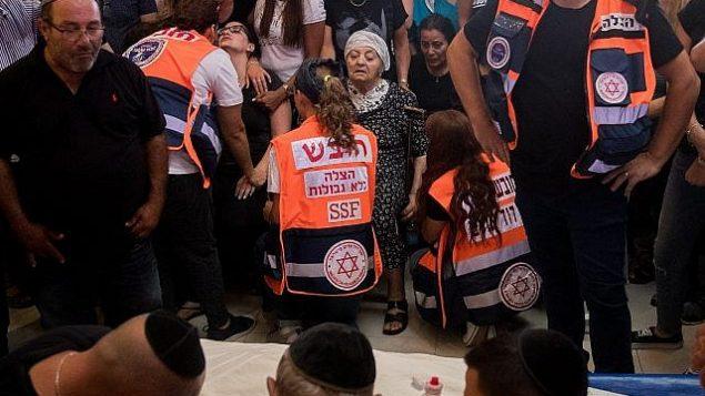 الأصدقاء والأسرة في جنازة يوتام عوفاديا البالغ من العمر 31 عامًا في مقبرة هار همنوت في القدس في 27 يوليو عام 2018. وقد قُتل عوفاديا بالقرب من منزله في مستوطنة آدم عندما قام شاب فلسطيني بطعنه وإصابة اثنين آخرين من اليهود في هجوم في 26 يوليو 2018. (Yonatan Sindel / Flash90)