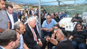 السفير الامريكي الى اسرائيل دافيد فريدمان يقدم التعازي لعائلة يوتام عوفاديا، الذي قُتل في هجوم طعن في مستوطنة آدم في الضفة الغربية، 30 يوليو 2018 (Miri Tzahi/Yesha Council)