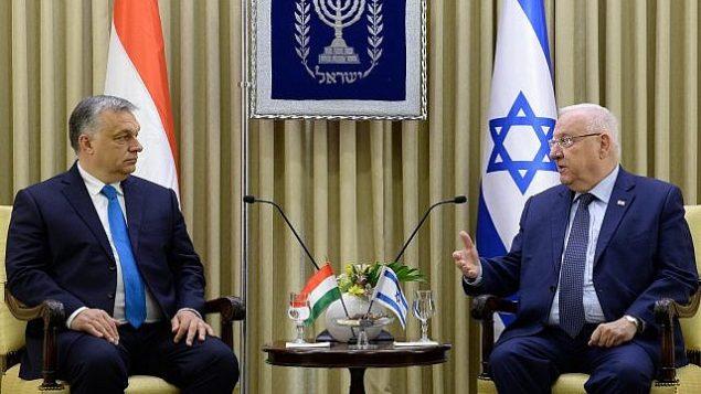 رئيس الدولة رؤوفين ريفلين، من اليمين، يستضيف رئيس الوزراء المجري فيكتور أوربان في مقر إقامته الرسمي في القدس، 19 يوليو، 2018. (Avi Kanner)