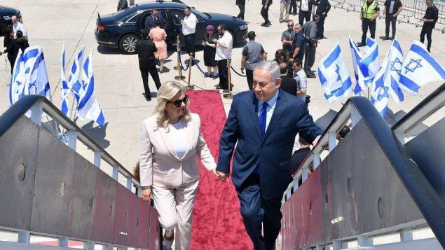 رئيس الوزراء بنيامين نتنياهو وزوجته سارة، يصعدان على متن طائرة في مطار بن غوريون قبل مغادرتهما نحو موسكو، 11 يوليو 2018 (Kobi Gideon/GPO)