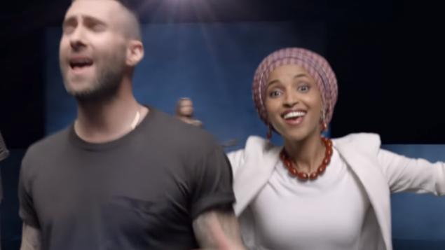 مندوبة ولاية مينيسوتا الحان عمر في فيديو كليب اغنية 'Girls Like You' لفرقة Maroon 5 (Screen capture: YouTube)
