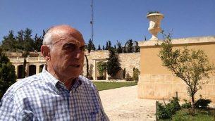 منيب المصري في منزله، بيت فلسطين، يطل على نابلس، في 8 أبريل / نيسان 2014. (سهى خليفة / تايمز أوف إسرائيل)