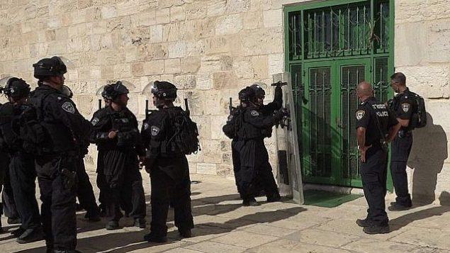 شوهدت الشرطة خارج المسجد الأقصى خلال اشتباكات بعد صلاة العصر في مجمع الحرم الشريف في البلدة القديمة من القدس في 27 يوليو عام 2018. (المتحدث باسم الشرطة)