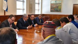رئيس الوزراء بنيامين نتنياهو يلتقي برؤساء المجالس المحلية الدرزية في مكتبه في القدس لتباحث قانون الدولة اليهودية، 29 يوليو 2018 (Kobi Gideon/GPO)