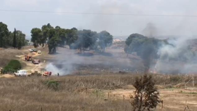 اندلاع حريق بالقرب من كيبوتس نير عام في جنوب إسرائيل، بالقرب من حدود غزة، 22 يوليو، 2018.  (Screen capture: Ofer Liberman)