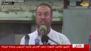 المسؤول المتشدد في حركة حماس، فتحي حماس، يلقي بكلمة خلال جنازة لثلاثة من نشطاء الجناح العسكري للحركة في 26 يوليو، 2018. (Screenshot/Facebook)