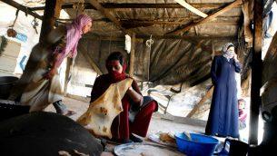 صورة توضيحية لثلاث نساء بدويات يصنعن الخبز، 9 مايو 2006 (Nati Shohat /Flash90)