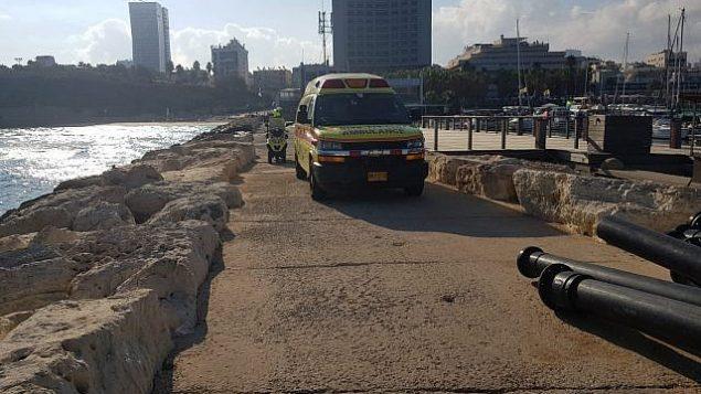 مسعفون على الواجهة المائية في تل أبيب ينتشلون جثة شابة تبلغ من العمر 19 عاما من المياه، 30 يوليو، 2018.  (Magen David Adom)