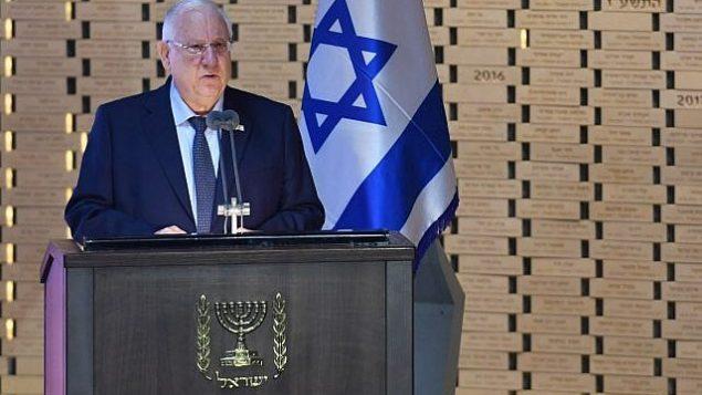الرئيس رؤوفين ريفلين يتحدث في مراسم إحياء ذكرى الجنود الإسرائيليين الذين قتلوا في حرب غزة عام 2014 في مقبرة جبل هرتسل العسكرية في القدس في 3 يوليو 2018. (Kobi Gideon/GPO)