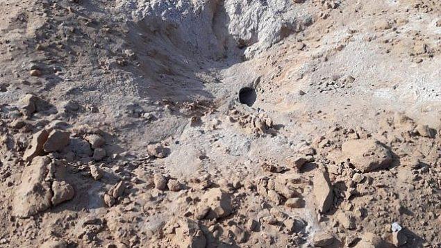 الحفرة الناجمة عن صاروخ تم إطلاقه من قطاع غزة وسقط في حقل بالقرب من كيبوتس في منطقة إشكول، 19 يوليو، 2018.   (Eshkol security)