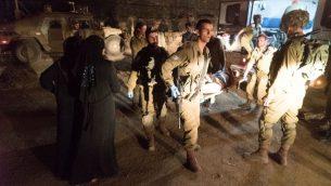 مسعفون عسكريون اسرائيليون يحضرون سوريين مصابين الى إسرائيل لتلقي العلاج، 29 يونيو 2018 (Israel Defense Forces)