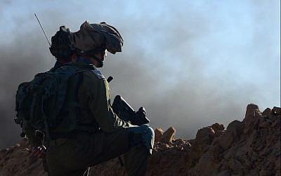 جنود إسرائيليون يجلسون في مواقع دفاعية على سدّ قرب حدود غزة خلال مظاهرة فلسطينية، 27 يوليو / تموز 2018 (الجيش الإسرائيلي)