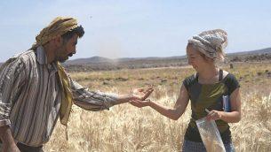 دكتور أمايا أرانز-أوتايغي، من اليمين، وعلي شكاتير يقومان بأخذ عينات من الحبوب في منطقة الشبيقة في شمال شرق الأردن حيث تم العثور على خبز قديم.  (Joe Roe)