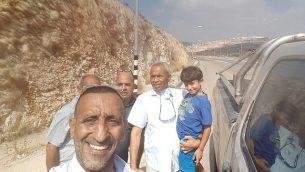 العربي الإسرائيلي البالغ من العمر سبع سنوات، كريم جمهور (إلى اليمين)، من قلنسوة  عقب إطلاق سراحه بعد أن احتجزه الخاطفون في الضفة الغربية في 13 يوليو / تموز 2018. (الشرطة الإسرائيلية)
