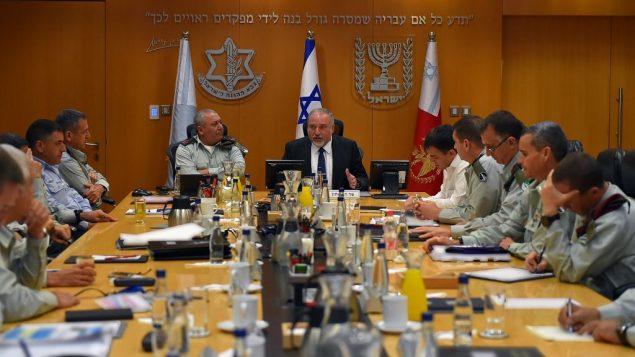 وزير الدفاع افيغادور ليبرمان يلتقي بقادة الجيش الإسرائيلي الرفيعين في مقر الجيش في تل ابيب، الكيريا، 23 يوليو 2018 (Ariel Hermoni/Defense Ministry)