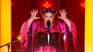 نيتع برزيلاي الإسرائيلية تؤدي أغنية لعبة في مسابقة يوروفيجن، في 8 مايو 2018. (لقطة شاشة: يوتيوب)