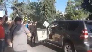 متظاهرون يعترضون موكب رئيس الوزراء المجري فيكتور أوربان خلال مغادرته لمتحف 'ياد فاشيم' في 19 يوليو، 2018.  (لقطة شاشة: Twitter)