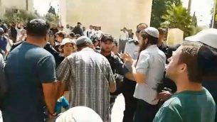 زورا يهود يتواجهون مع الشرطة في الحرم القدسي، 22 يوليو، 2018. (لقطة شاشة: Facebook)