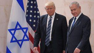 الرئيس الامريكي دونالد ترامب ورئيس الوزراء بنيامين نتنياهو في متحف اسرائيل في القدس، 23 مايو 2017 (Mandel Ngan/AFP/Getty Images via JTA)