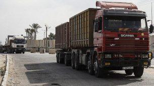 شاحنات عند بوابة معبر كرم أبو سالم، نقطة العبور الرئيسية للبضائغ الداخلة إلى غزة، في مدينة رفح جنوب القطاع، 17 يوليو، 2018. (AFP PHOTO / SAID KHATIB)