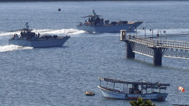 سفن البحرية الإسرائيلية تناور في ميناء أشدود العسكري، جنوب إسرائيل، في 29 يوليو 2018. اعترضت البحرية الإسرائيلية سفينة تحمل العلم النرويجي في محاولة لكسر الحصار على قطاع غزة. (AFP PHOTO / Jack GUEZ)