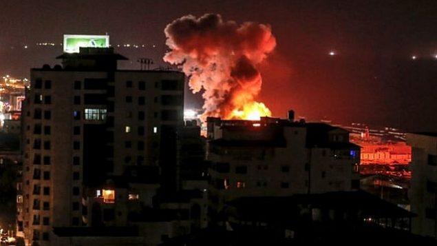 الدخان يتصاعد من مباني في اعقاب غارة جوية اسرائيلية في مدينة غزة، 8 اغسطس 2018 (AFP PHOTO / MAHMUD HAMS)