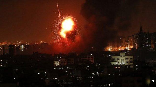 النيران تتصاعد من مباني في اعقاب غارة جوية اسرائيلية في مدينة غزة، 8 اغسطس 2018 (AFP PHOTO / MAHMUD HAMS)