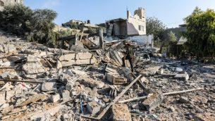 احد عناصر شرطة حماس العسكرية بين الحطام في موقع قصفه الجيش الإسرائيلي في مدينة غزة، 9 اغسطس 2018 (AFP PHOTO/MAHMUD HAMS)