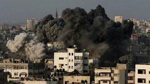 سحابة دخان تتصاعد من أنقاض مبنى في غرب مدينة غزة تم استهدافه من قبل طائرات إسرائيلية ردا على هجوم صاروخي استهدف جنوب إسرائيل في وقت سابق من اليوم، 9 أغسطس، 2018. (Mahmud Hams/AFP)