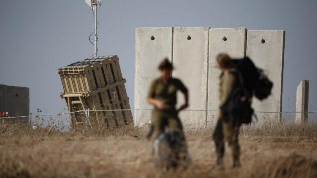 جنود اسرائيليون امان بطارية نظام القبة الحديدية للدفاع الصاروخي، في مدينة سيدروت، جنوب اسرائيل، 9 اغسطس 2018 (AFP PHOTO / Jack GUEZ)