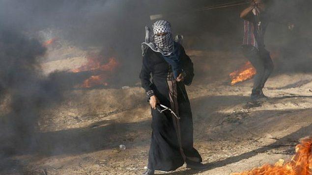 متظاهر فلسطيني يحمل مقلاعه أثناء مظاهرة على الحدود بين إسرائيل وغزة، في خان يونس في جنوب قطاع غزة في 10 أغسطس ، 2018. (وكالة فرانس برس PHOTO / سعيد الخطيب)