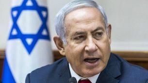 رئيس الوزراء بينيامين نتنياهو يتحدث خلال الجلسة الأسبوعية للحكومة في مكتبه في القدس، 12 أغسطس، 2018.  (AFP PHOTO / POOL / JIM HOLLANDER)