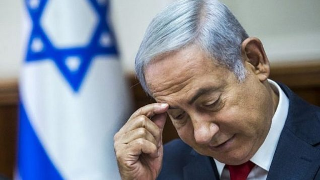 رئيس الوزراء بينيامين نتنياهو يترأس الجلسة الأسبوعية للحكومة في مكتبه في القدس، 12 أغسطس، 2018. (AFP PHOTO / POOL / JIM HOLLANDER)