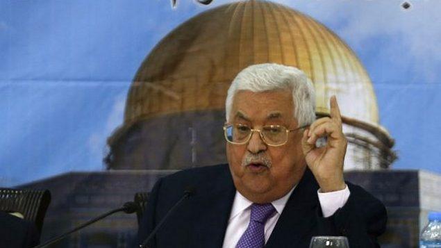 رئيس السلطة الفلسطينية محمود عباس يلقي كلمة خلال اجتماع مع المجلس المركزي الفلسطيني في مدينة رام الله بالضفة الغربية، 15 أغسطس، 2018.  (AFP PHOTO / ABBAS MOMANI)