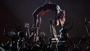 صورة ملف التي تم التقاطها في 8 فبراير 2015، تظهر مادونا على خشبة المسرح في حفل توزيع جوائز غرامي السنوي السابع والخمسين في لوس أنجلوس. (Robyn BECK / AFP)