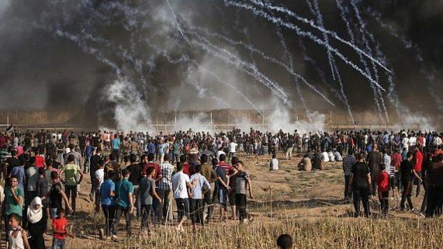 صورة تم التقاطها في 17 أغسطس، 2018 تظهر عبوات غاز مسيل للدموع أطلقتها القوات الإسرائيلية باتجاه متظاهرين فلسطينيين خلال تظاهرة عند حدود قطاع غزة، شرقي  مدينة غزة.  (AFP PHOTO / MAHMUD HAMS)