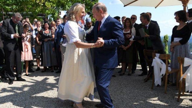 وزيرة خارجية النمسا كارين منسيل والرئيس الروسي فلاديمير بوتين يرقصان خلال حفل زفاف الأولى، 18 اغسطس 2018 (ROLAND SCHLAGER / APA / POOL / AFP)