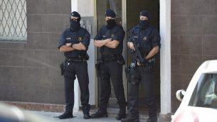 شرطة اقليم كاتالونيا اما منزل رجل حاول مهاجمة محطة شرطة بالقرب من برشلونة، 20 اغسطس 2018 (LLUIS GENE / AFP)
