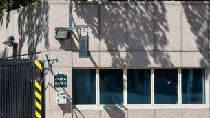 آثار رصاص في نافذة عند مدخل السفارة الامريكية في انقرة، 20 اغسطس 2018 (STR / AFP)