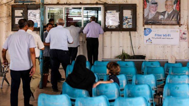 فلسطينيون يقدمونوثائق سفرهم الى مكاتب السلطة الفلسطينية في معبر ايريز بين غزة وإسرائيل بالقرب من بيت حانون في شمال قطاع غزة، 27 أغسطس، 2018.  (AFP/ MAHMUD HAMS)