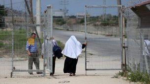 فلسطينيون يجتازون معبر إيرز بين غزة وإسرائيل بالقرب من بيت حانون في شمال قطاع غزة، 27 أغسطس، 2018.  (AFP/ MAHMUD HAMS)