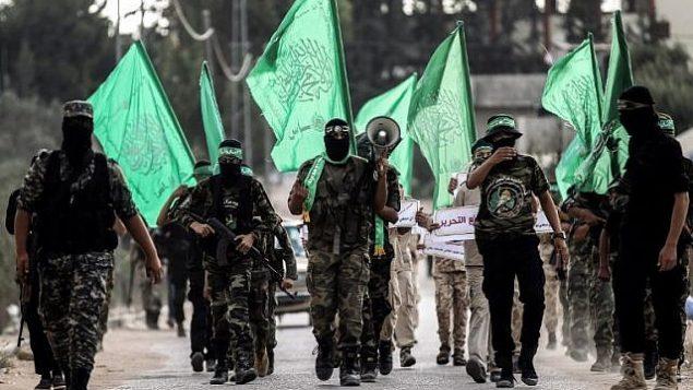 توضيحية: شبان ملثمون من الجناح العسكري لحركة حماس خلال مسيرة في مدينة خان يونس جنوب قطاع غزة في 15 سبتمبر، 2017.  (AFP Photo/Said Khatib)