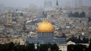 صورة تم التقاطها من جبل الزيتون تظهر فيها القدس القديمة مع قبة الصخرة في مركز الصورة، 6 ديسمبر، 2017. (Photo/Ahmad Gharabli)